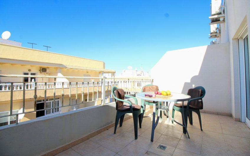 Penthouse med stor terrasse i Torrevieja. Felles basseng.