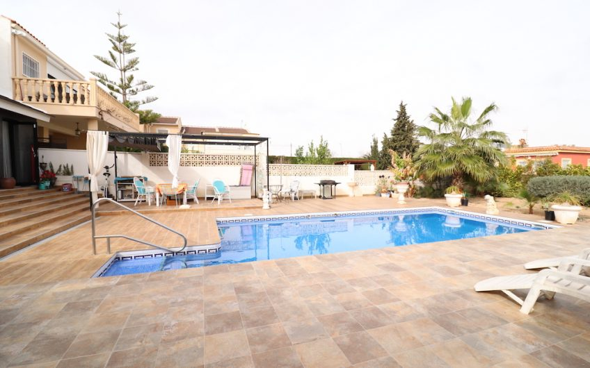 Torrevieja- Fantastisk tomannsbolig i Los Balcones. 2 boenheter. Herlig hage med basseng.