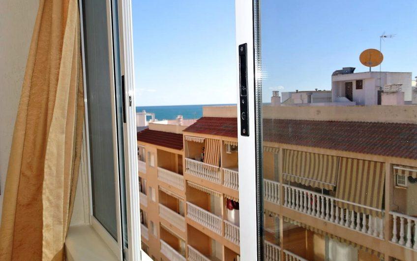 Toppleilighet i Guardamar med havutsikt og privat takterrasse. 200 meter fra stranden.