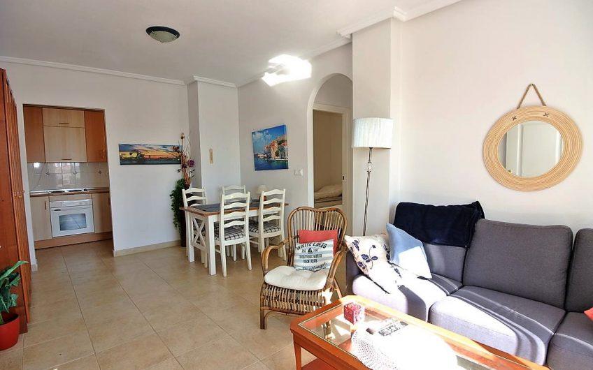 Fin toppleilighet i Altos de la Bahia med privat takterrasse og fantastisk havutsikt.