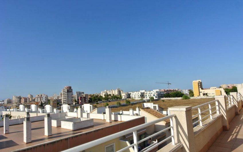 Toppleilighet med stor terrasse i Torrevieja. Felles bassengområde.