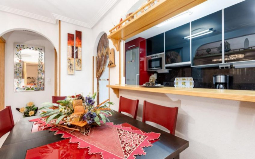 Zeniamar VIII, hyggelig bungalow på bakkeplan med hage.