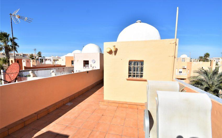 Los Frutales- Rekkehus i Calas de Torrejon med havutsikt. Hage, terrasse og takterrasse.