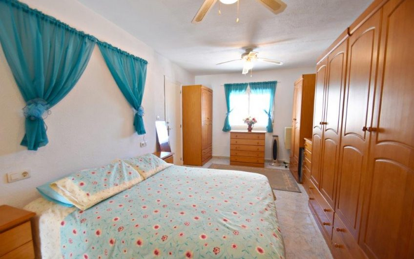 Kjempe koselig rekkehus med fine uteplasser og flott bassengområde i Torrevieja.
