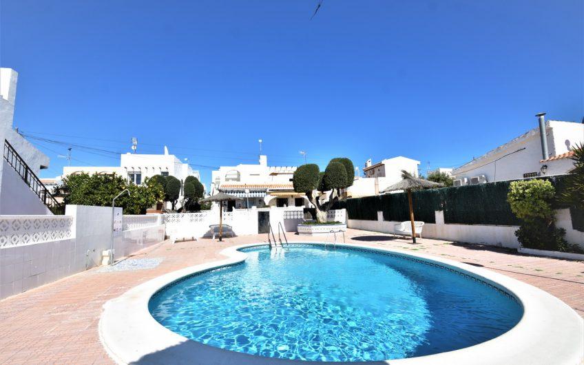 Villa i rekke i La Rosaleda med fin hage og takterrasse.