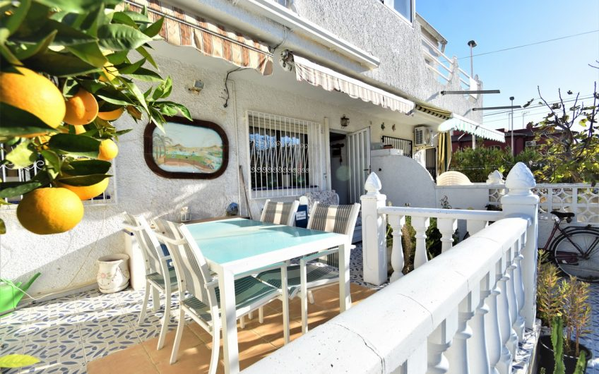 Leilighet på bakkeplan med terrasse og hage i La Rosaleda.  200 meter fra havet.
