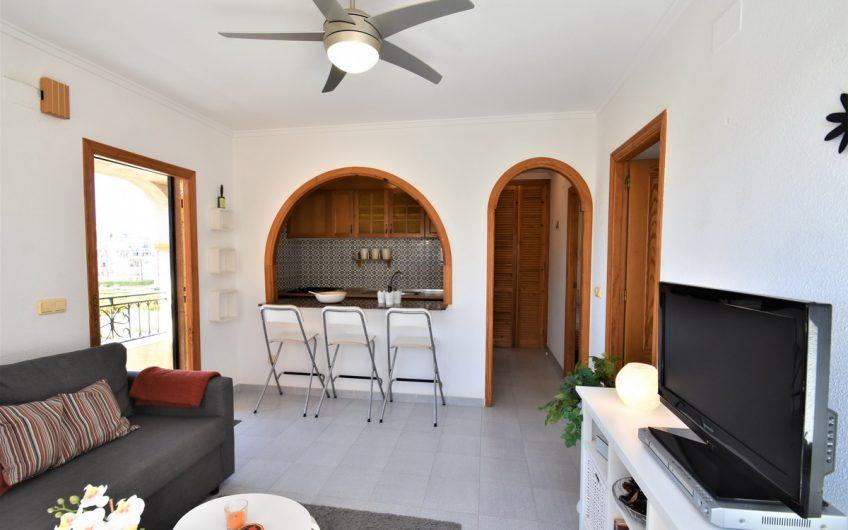 Fin leilighet i koselig urbanisasjon nær La Mata stranden.