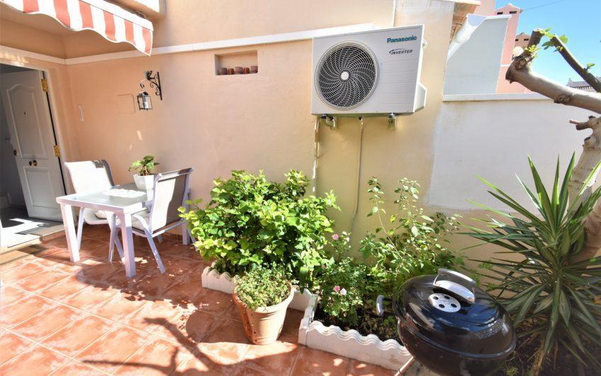 Sydvendt renovert rekkehus med hage og privat takterrasse med havutsikt.