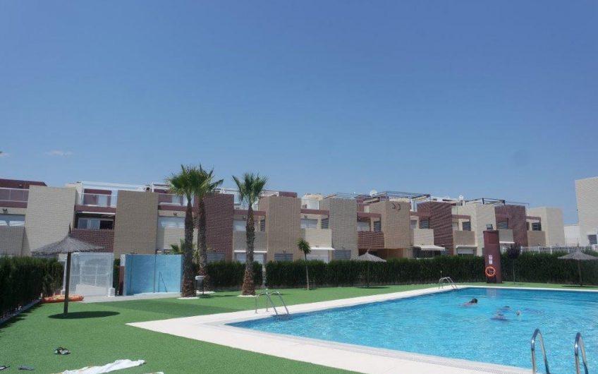 Kjempefint rekkehus i Torrevieja. Nære by og hav. Felles bassengområde med padelbane.