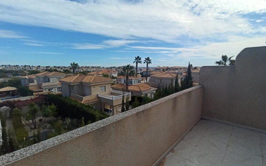 Fint rekkehus på Playa Flamenca, rett ved markedet og Zenia Boulevard.