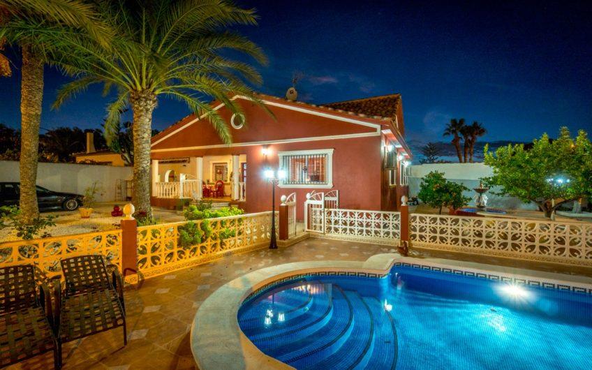 Fin hjørnevilla i Los Balcones med privat basseng.
