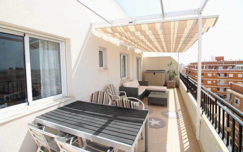 Toppleilighet med stor terrasse i Torrevieja. Havutsikt og felles bassengområde.