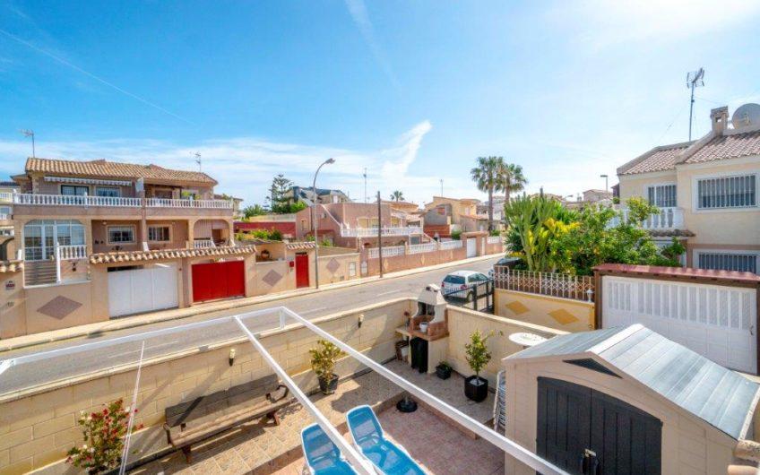 Torrevieja- Kjempefint rekkehus med stor hjørnetomt i Aguas Nuevas.