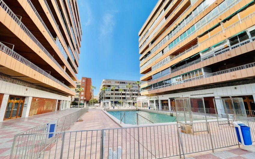 Fin leilighet med stor terrasse første linje på Acequión stranden. Felles bassengområde.