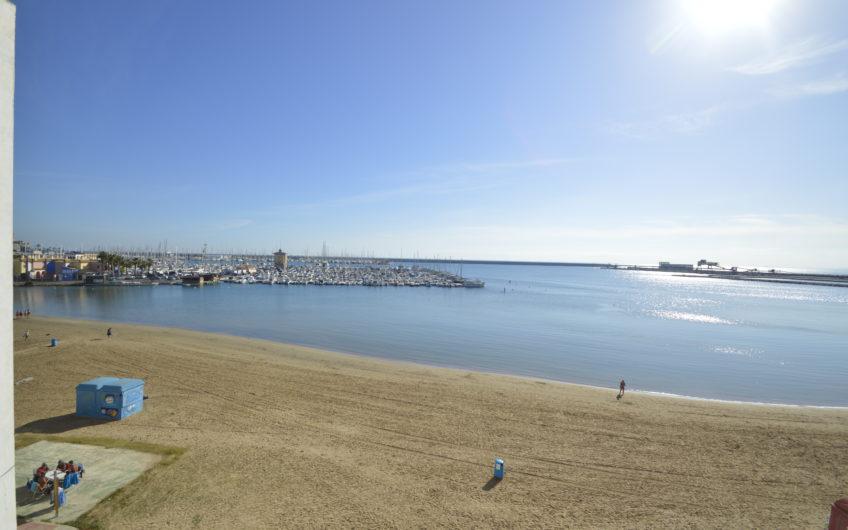 Knallfin nyrenovert leilighet første linje på Acequion stranden.