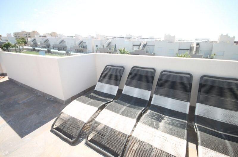 Lekker Toppetasje i Sol park med stor takterrasse, 3 soverom og 2 bad. Stort fint fellesområde med basseng.