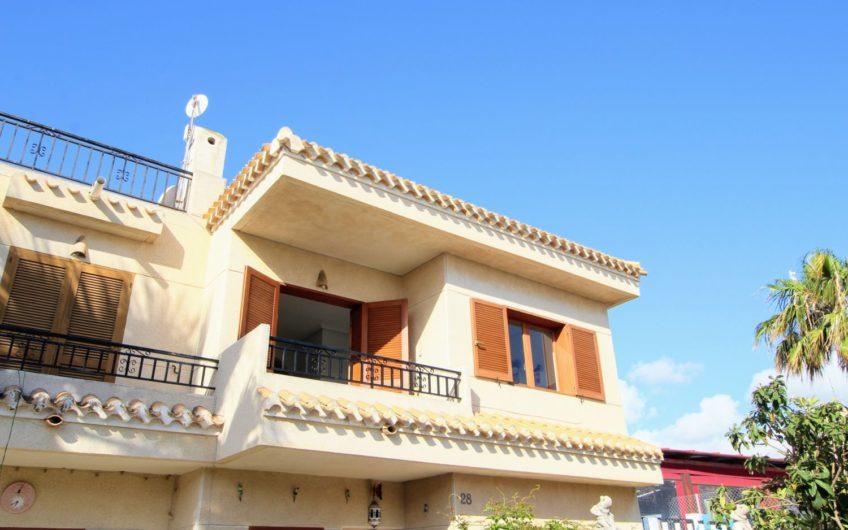 Fin toppetasje bungalow på Playa Flamenca nær Zenia Boulevard. Felles bassengområde.