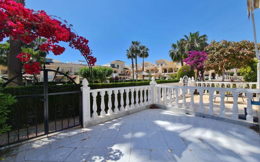 Sydvendt rekkehus med utsikt over bassenget i sentral urbanisasjon på Playa Flamenca.