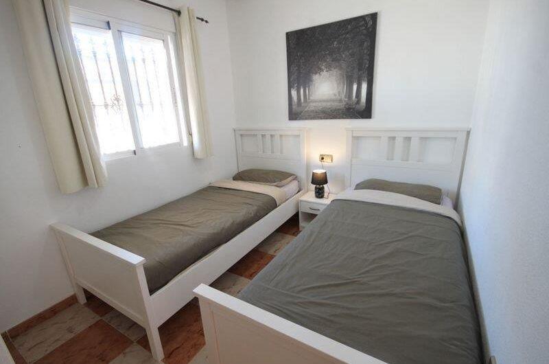 Hyggelig bungalow på La Zenia med hage og takterrasse. Fint felles bassengområde.