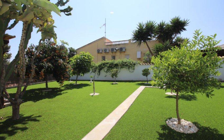 Flott renovert villa i Los Balcones med privat basseng og stor tomt.