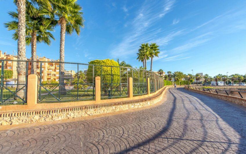 Fin leilighet i Aguamarina på Cabo Roig 100 meter fra havet.
