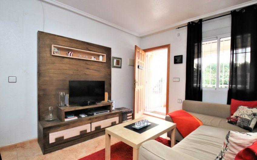 Fin toppetasje bungalow i Altos de Limonar med takterrasse.
